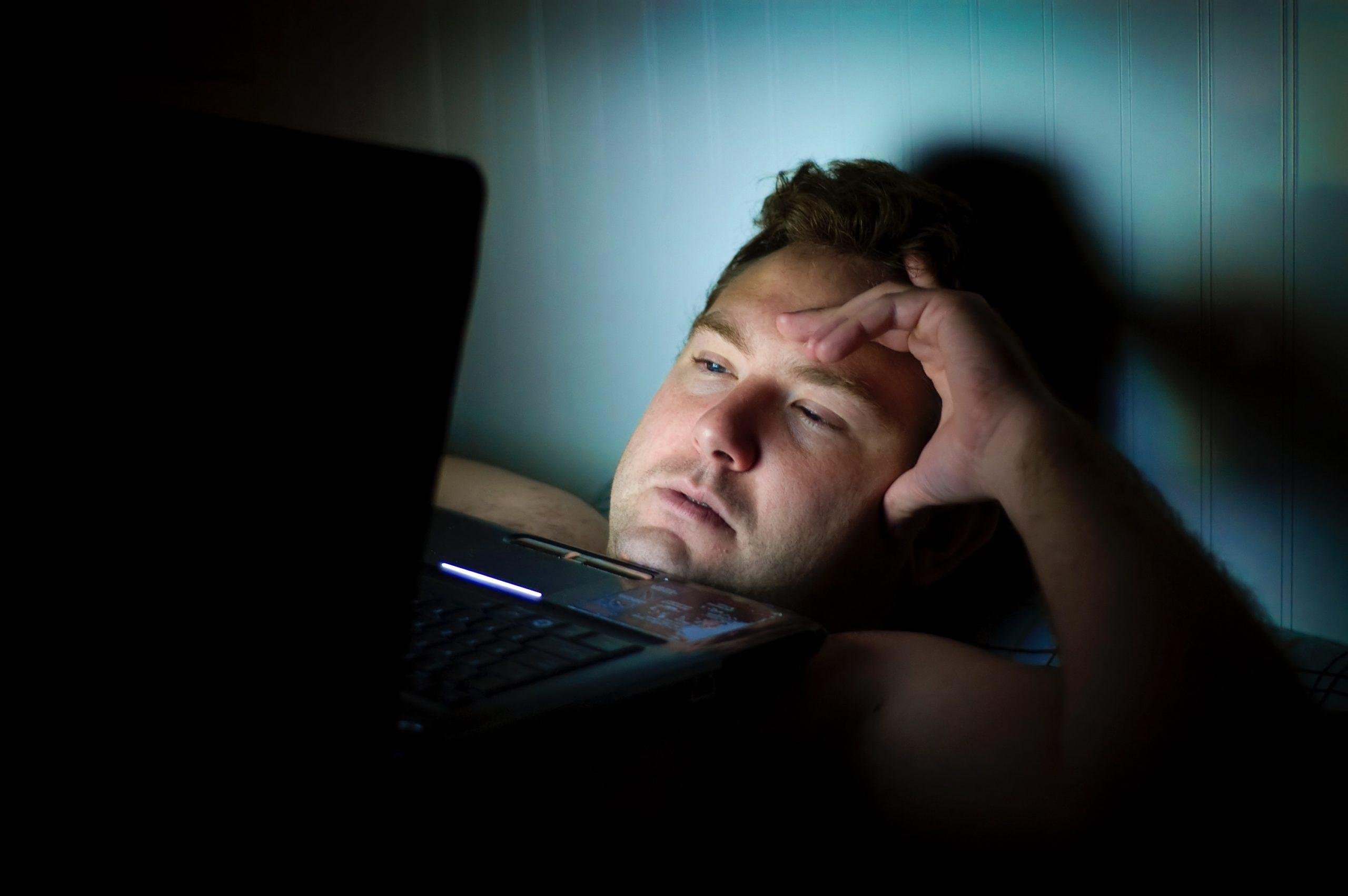 パソコンをみる男